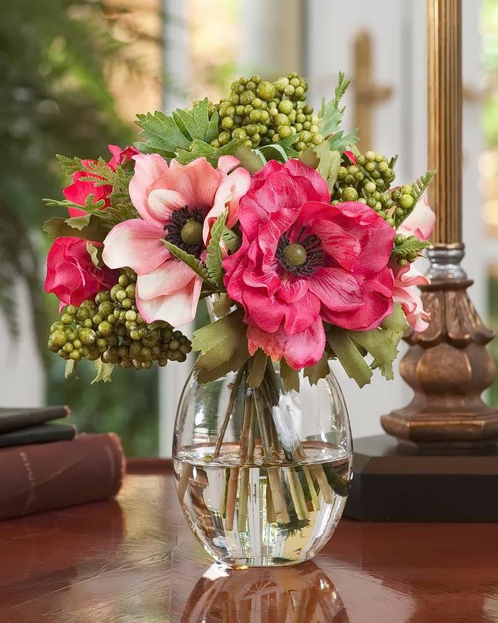 красивый букет цветов в вазе на столе заслуги перед