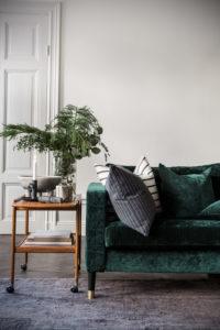 зеленый диван в интерьере 06.10.2019 №003 -green in the interior- design-foto.ru