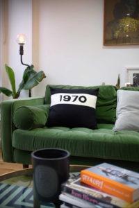 зеленый диван в интерьере 06.10.2019 №009 -green in the interior- design-foto.ru