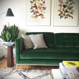 зеленый диван в интерьере 06.10.2019 №014 -green in the interior- design-foto.ru