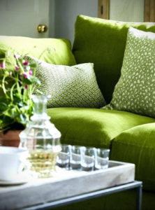 зеленый диван в интерьере 06.10.2019 №035 -green in the interior- design-foto.ru
