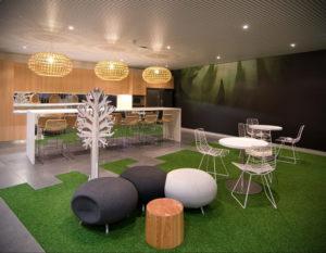 зеленый ковер в интерьере 06.10.2019 №008 -green in the interior- design-foto.ru