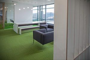 зеленый ковер в интерьере 06.10.2019 №018 -green in the interior- design-foto.ru