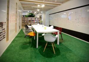 зеленый ковер в интерьере 06.10.2019 №027 -green in the interior- design-foto.ru